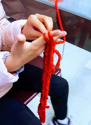 4 finger knitting